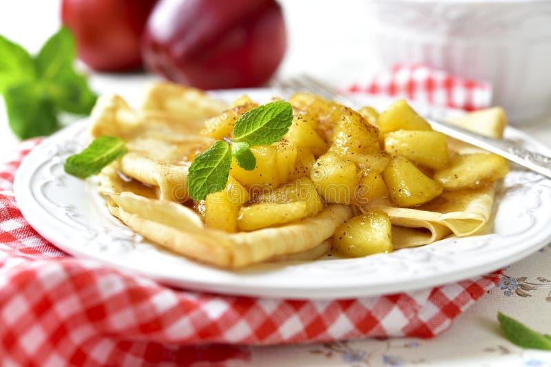 Dünne Pfannkuchen mit karamellisierten Äpfeln und Zimt stockfotografie