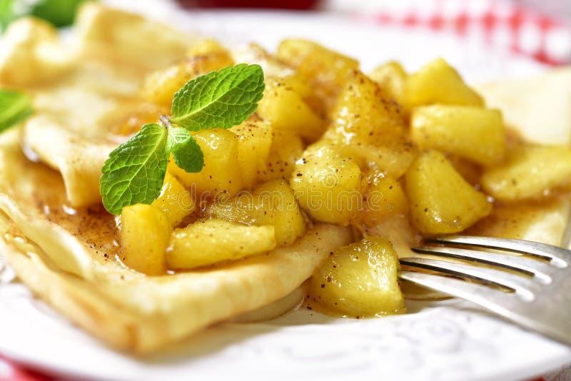 Dünne Pfannkuchen mit karamellisierten Äpfeln und Zimt stockfoto