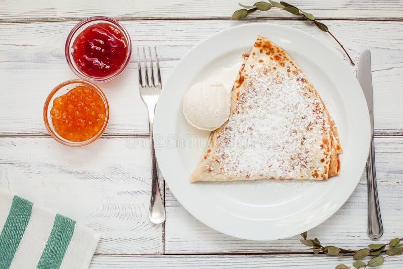 Dünne Pfannkuchen mit Marmelade, saure Creme und Kaffee stockfotos