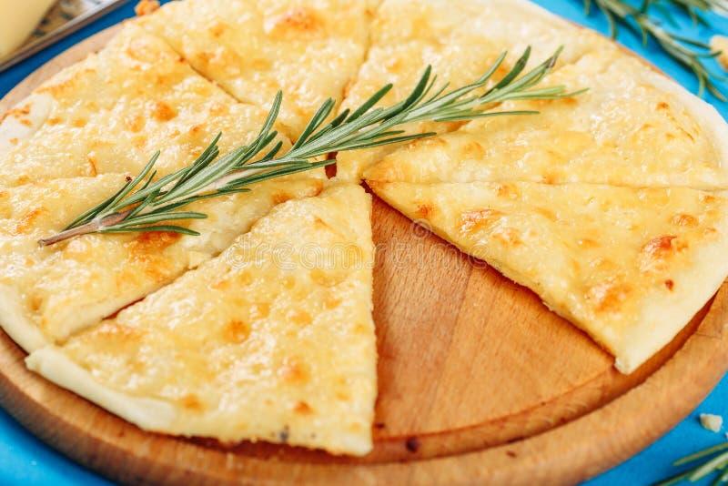 Dünne Pizza des Käse-vier gedient mit Cutted-Stück stockbilder