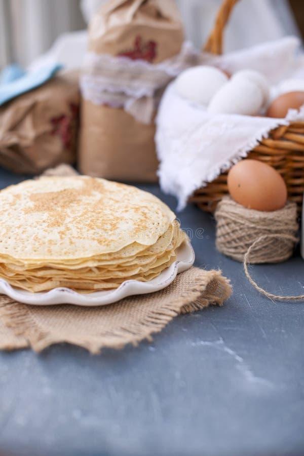 Dünne süße Pfannkuchen traditionelles russisches Lebensmittel im Frühjahr Festliche Festlichkeit Freier Raum des selbst gemachten lizenzfreie stockfotografie