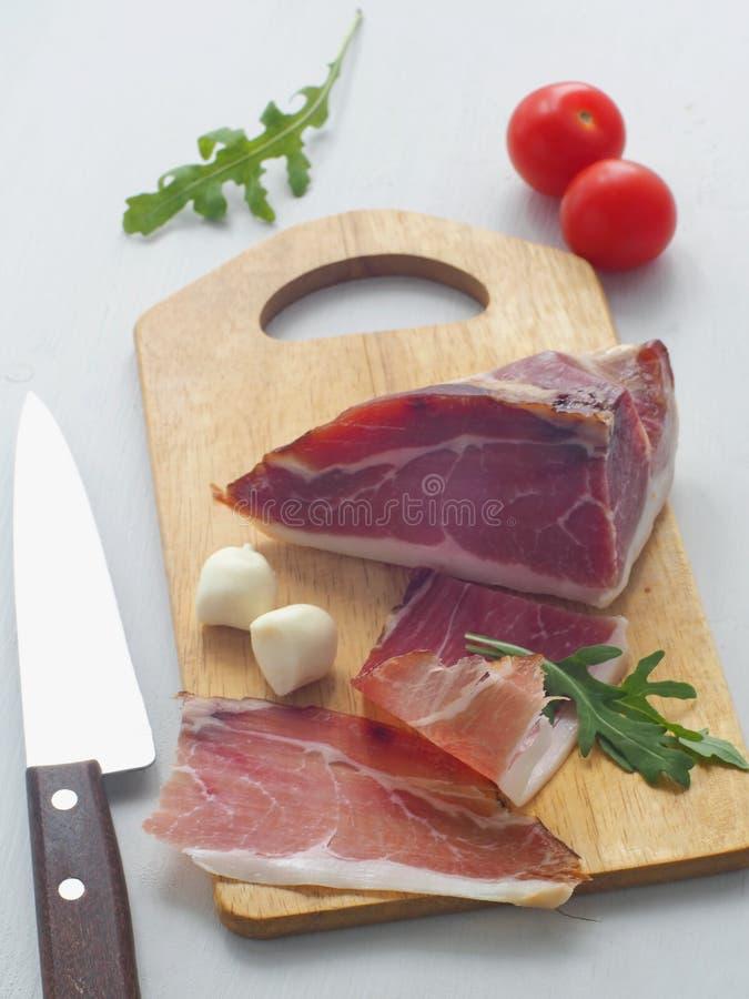 D?nne Scheibe des spanischen jamon mit Kirschtomaten, frischem Arugula und Mozzarella Prosciutto oder prsut vertikal stockfotografie