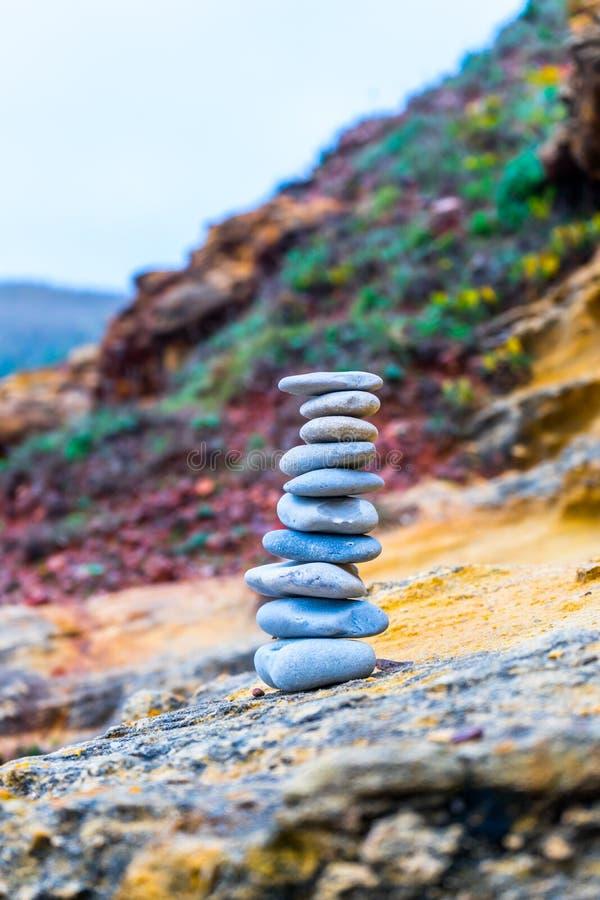 Dünne Steine geheftet auf einander stockfotos