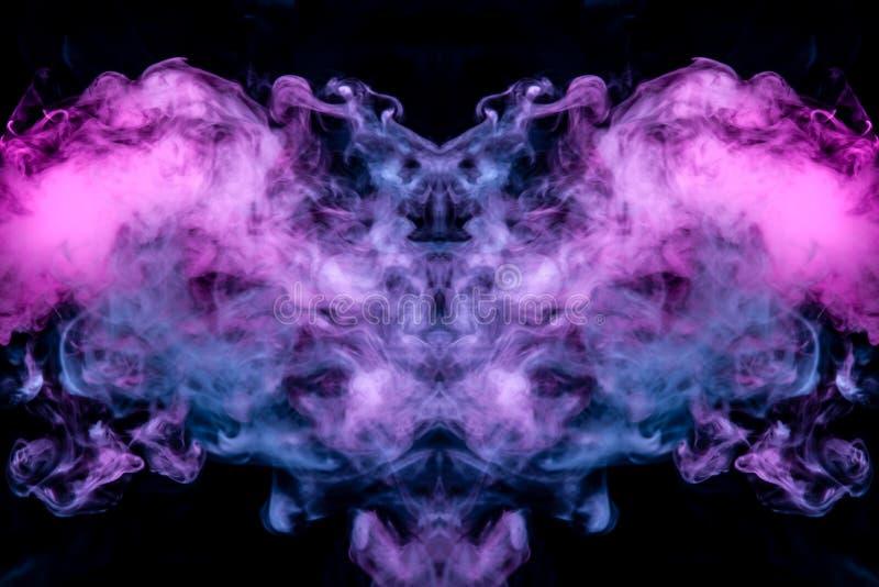 Dünne Ströme des Rauches auf einem schwarzen Hintergrund im Neonlicht eines blauen rosa Purpurs in Form von dem Kopf stockfotografie