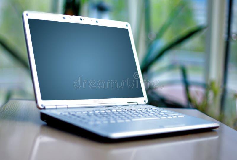 Dünner Laptop auf Büro lizenzfreies stockbild