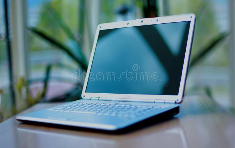 Dünner Laptop auf Büroschreibtisch stockbild