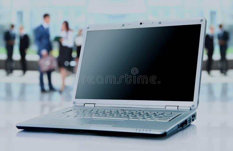 Dünner Laptop auf Büroschreibtisch stockbilder