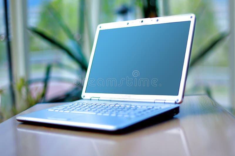Dünner Laptop auf Büroschreibtisch lizenzfreies stockbild