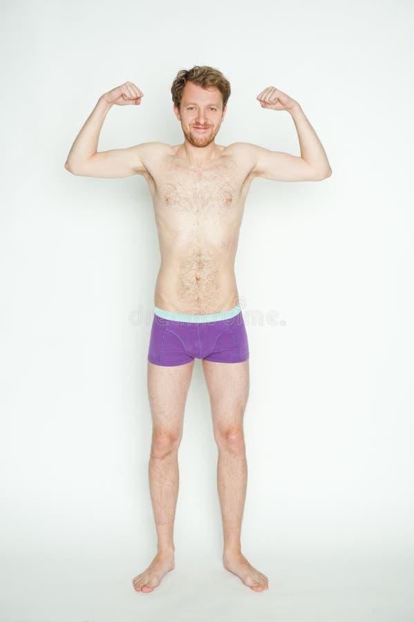Dünner Mann, der Muskeln zeigt stockbilder