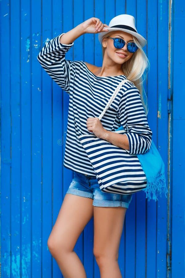 Dünnes blond-Jahr-altes Porträt einer Schönheit in der Weste lizenzfreies stockfoto