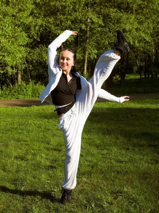 Dünnes geformtes schönes Mädchenspringen stockfoto