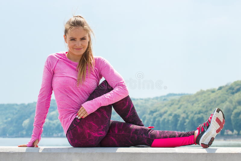 Dünnes Mädchen in der sportlichen Kleidung, die nach Übung durch das Meer, gesunder aktiver Lebensstil stillsteht lizenzfreies stockfoto