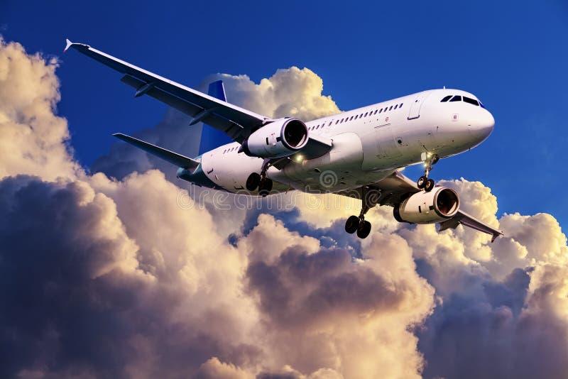 Download Düsenflugzeug im Flug stockbild. Bild von himmel, strahl - 27729755