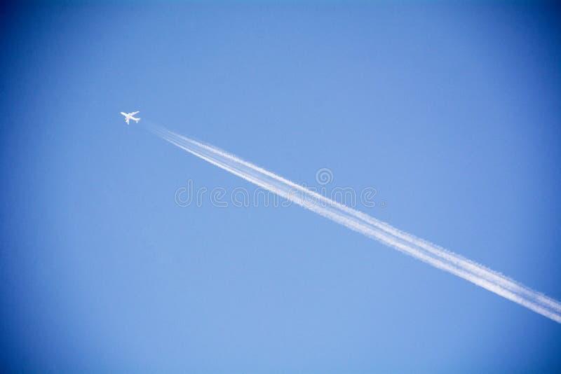 Düsenflugzeug im Himmel stockbilder