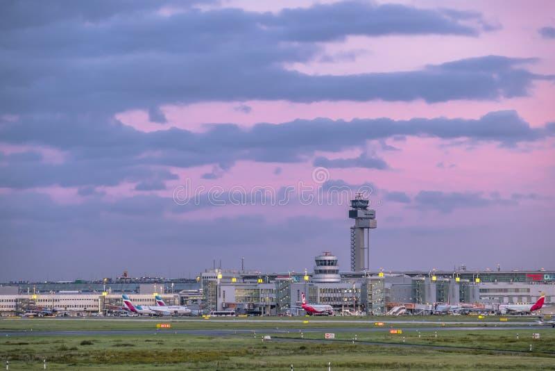 Düsseldorf, Alemania - 5 de octubre de 2017: El sol está produciendo colores asombrosos sobre el aeropuerto de Duesseldorf imágenes de archivo libres de regalías