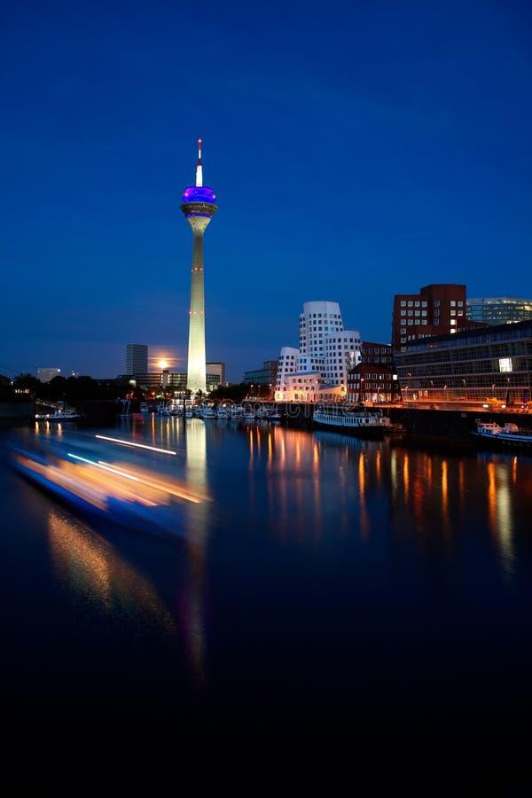 Düsseldorf la nuit images libres de droits