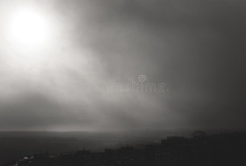 Düsterer Himmel und grauer Nebel lizenzfreie stockfotos