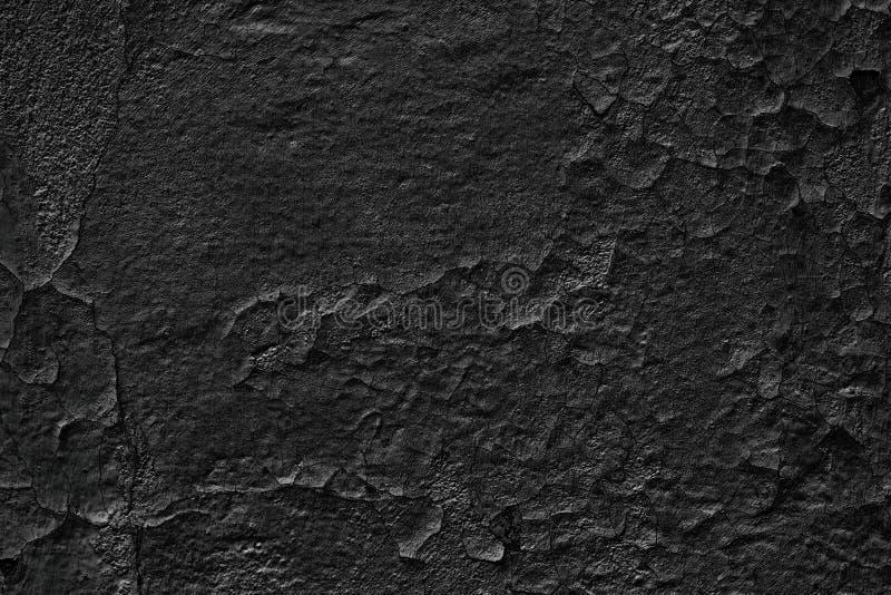 Düsterer Hintergrund der alten schwarzen Wand mit verwitterter gebrochener Farbe lizenzfreie stockfotos