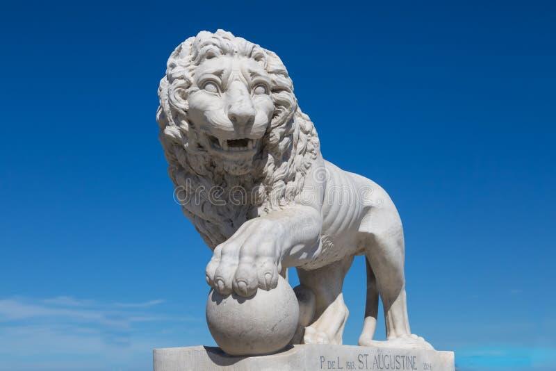 Düsterer Löwe lizenzfreie stockfotografie