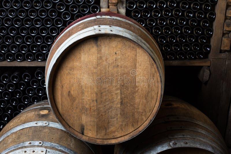 Dąb baryłki z wino butelkami zdjęcie stock