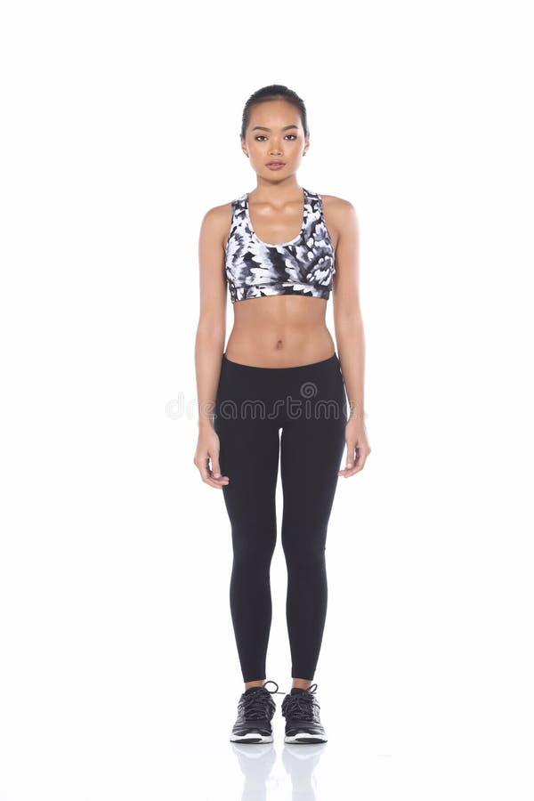 Dębnej skóry sprawności fizycznej Azjatycka dziewczyna w sporta stanika czerni spandex dyszy Exe zdjęcia stock