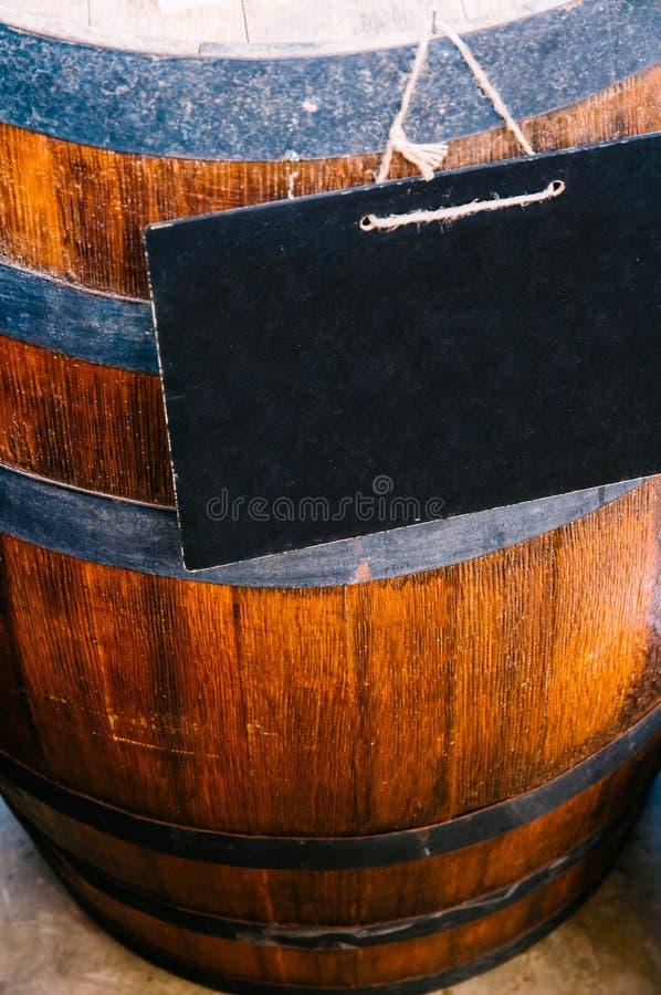 Dębowego drewna wina baryłka z chalkborad znakiem zdjęcie stock