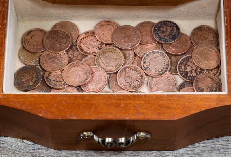 Dębowy antykwarski dresser kreślarz wypełniał z starymi indianin głowy centami obraz royalty free