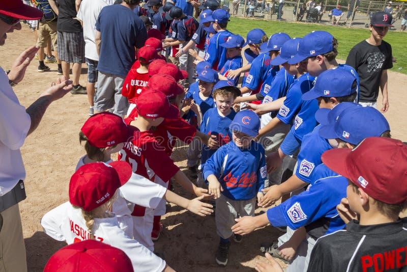 Dębowy widok, Kalifornia, usa, Marzec 7, 2015, Ojai mała liga Dolinny pole, młodość baseball, Skacze powitalny piłka podział zdjęcie royalty free