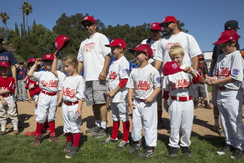Dębowy widok, Kalifornia, usa, Marzec 7, 2015, Ojai mała liga Dolinny pole, młodość baseball, wiosna, piłka podziału gracze obraz royalty free