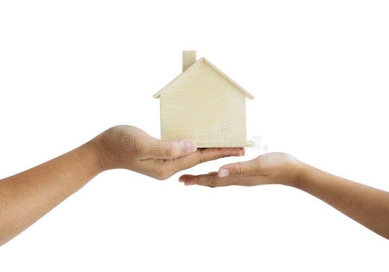 "DÅ'oÅ"" matki dajÄ…ca drewniany model domu córce metaforÄ™ spuÅ›cizny pojÄ™cia nieruchomoÅ›ci wybiera skromnÄ… gÅ'Ä™bokość zdjęcie stock"