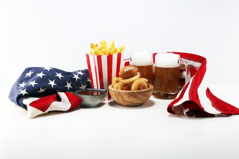 Dłoniaki i cebulkowi pierścionki dla futbolu na stole Wielki dla puchar gry zdjęcia royalty free