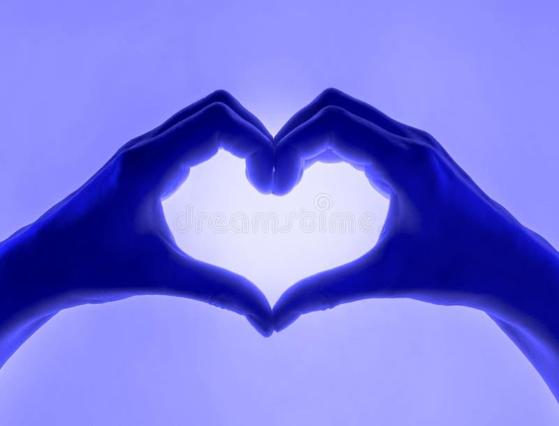 Dłonie w postaci niebieskiego tła sercowego symbol serca z ręką karta walentynkowa Sylwetka damska zdjęcia royalty free