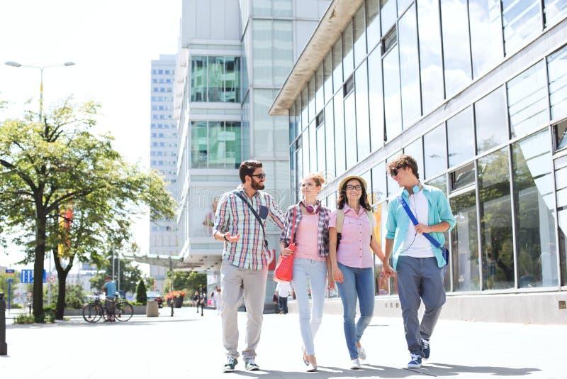 Dłudzy męscy i żeńscy przyjaciele chodzi na miasto ulicie zdjęcie royalty free
