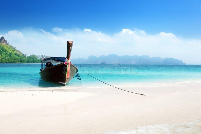 Długa łódź na wyspie, Tajlandia fotografia royalty free