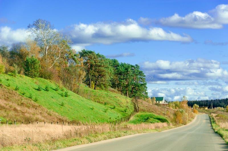 Długa droga wzdłuż wzgórzy - jesień krajobraz. obrazy royalty free