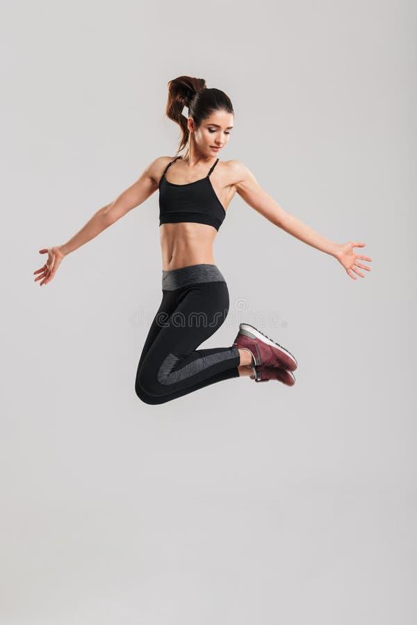 Długa fotografia szczupła ładna kobieta w sportswear ma stro zdjęcie stock