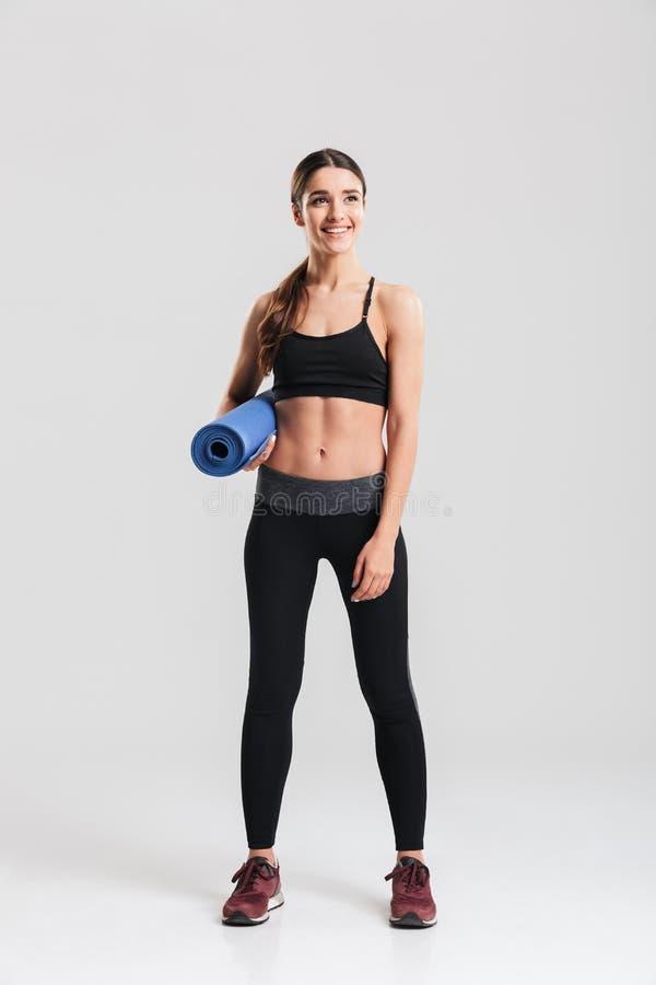 Długa fotografia zdrowa młoda kobieta trzyma y w sportswear obrazy stock