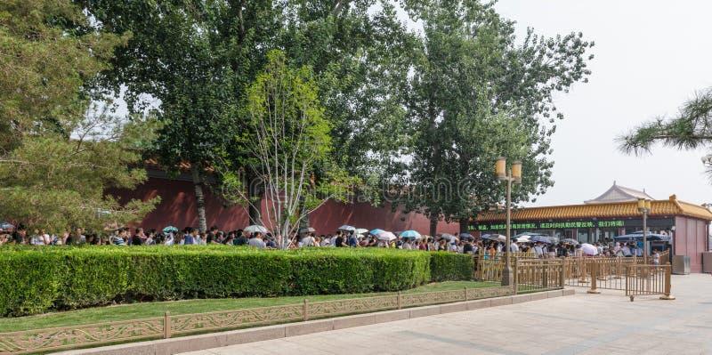 Długa linia turyści przed ochrona punktem kontrolnym dla wchodzić do w Tiananmen bramy plac tiananmen i wierza zdjęcie royalty free