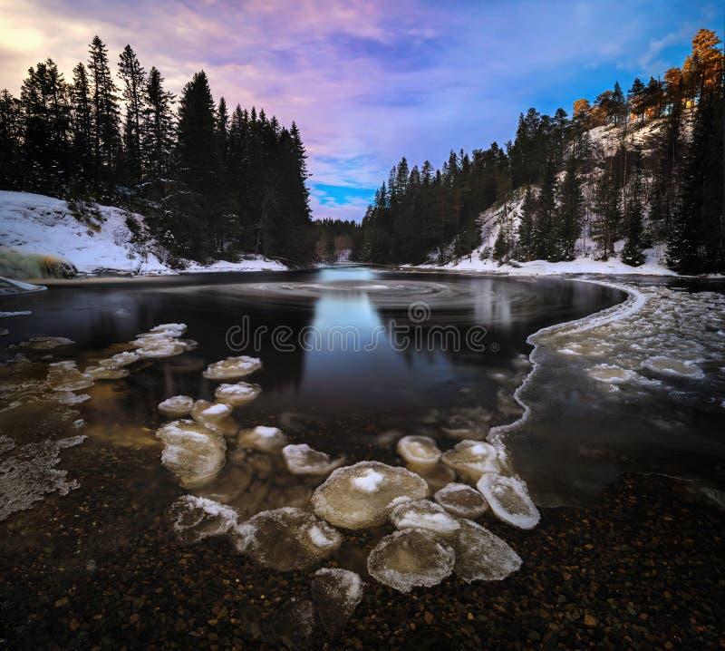 Długa ujawnienie fotografia na marznąć Homla rzekę Norweski zima czas fotografia stock