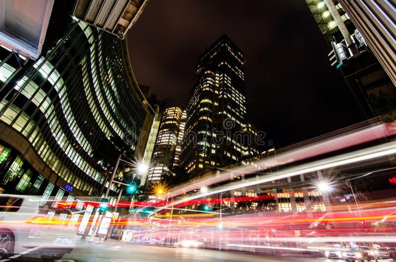 Długa ujawnienie nocy fotografia ruch drogowy przy Chifley kwadratem obrazy stock