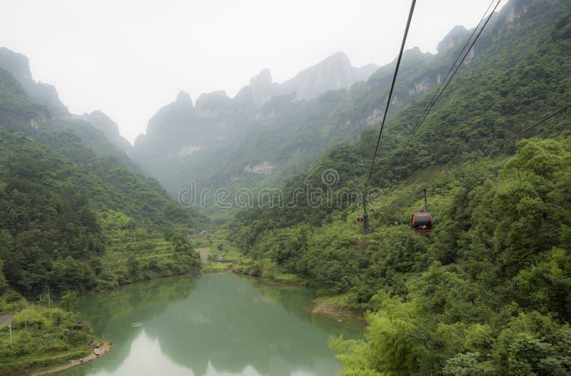 Długi cableway w świacie, krajobrazowy widok z jeziorem, góry, zielony las i mgła, - Tianmen góra Niebiański ` zdjęcia royalty free