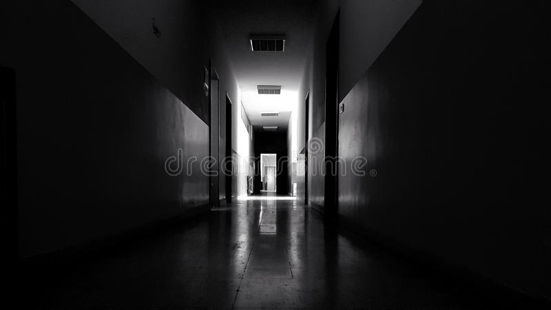 Długi ciemny korytarz fotografia stock