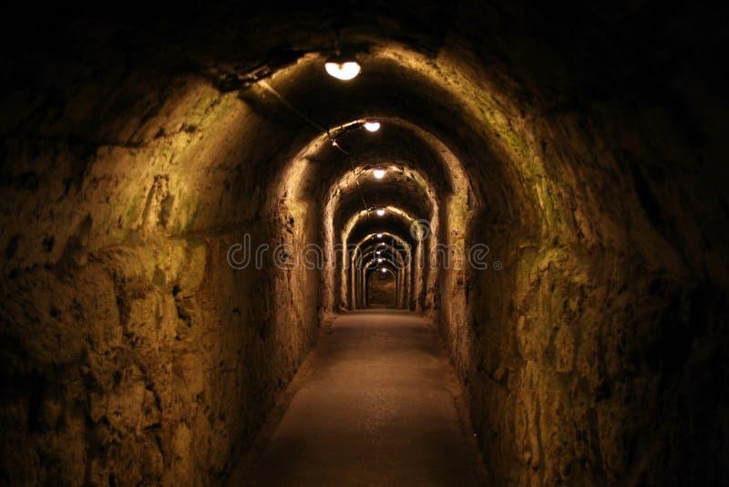 Długi ciemny korytarz z oświetleniowymi lampami obrazy royalty free