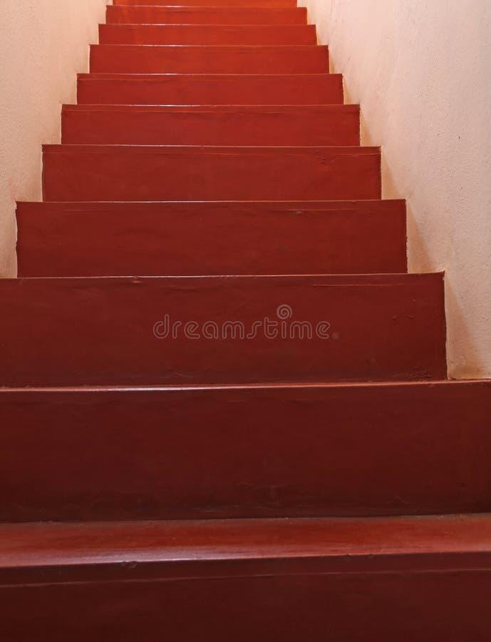 Długi czerwony schody wzrasta nieskończoność zdjęcia stock