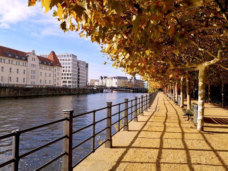 Długi deptak wzdłuż Berlińskiego Landwehrkanal Landwehr kanału z kolorowymi drzewami i nowożytna architektura na pogodnym jesień  zdjęcie stock