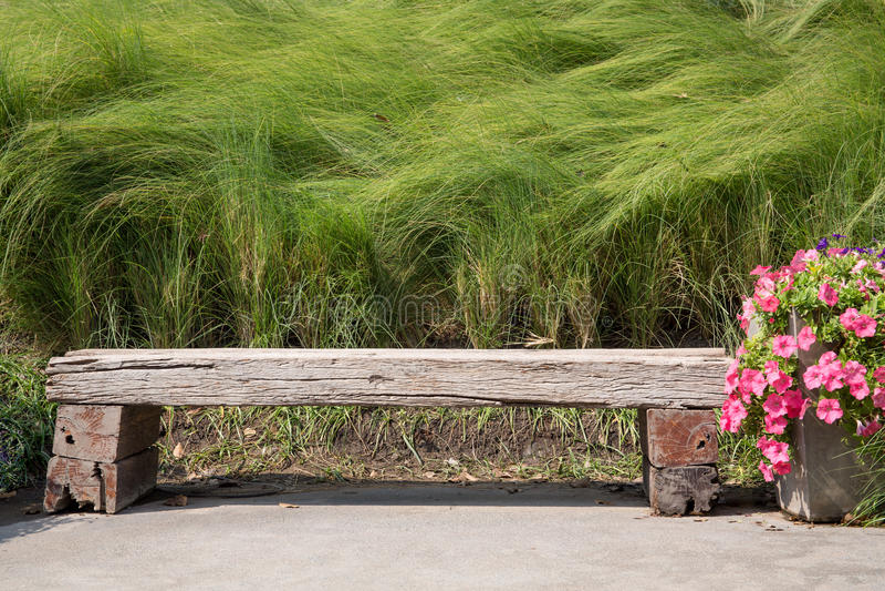 Długi drewniany krzesło w ogródzie fotografia stock