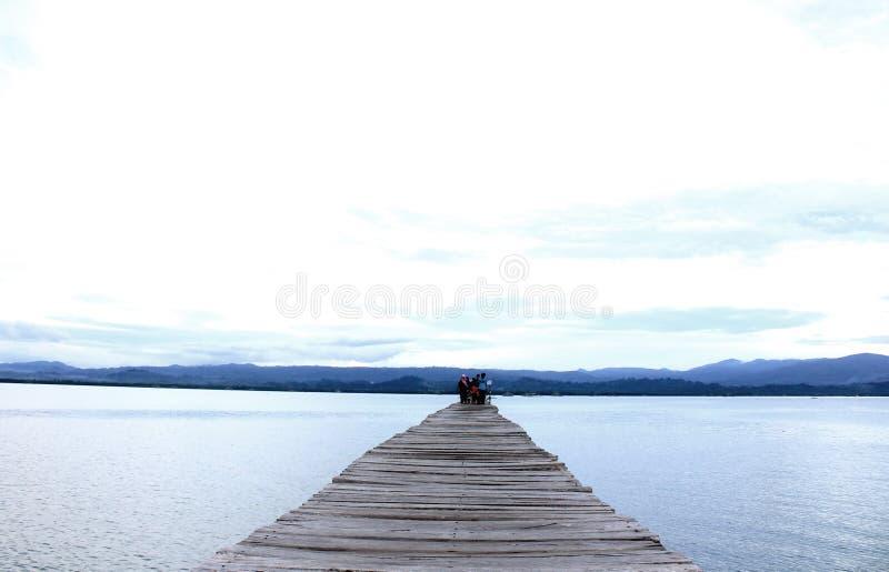Długi drewniany molo w zatoce fotografia stock
