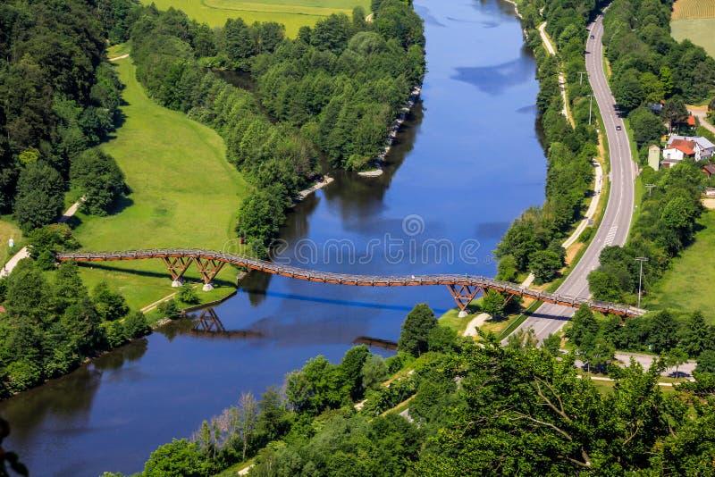Długi drewniany most w Europa Essing, Bavaria, rzeka Altmuehl obrazy royalty free