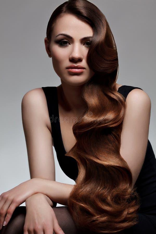 Długi Falisty włosy. Wysokiej jakości retuszerka. zdjęcia royalty free