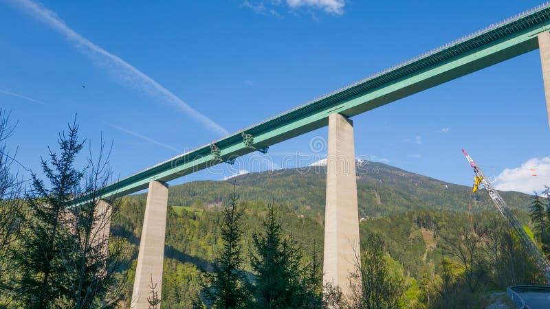 Długi i wysoki most w wysokogórskiej dolinie obraz royalty free